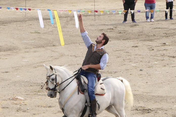 Carrera de cintas a caballo en Tíjola