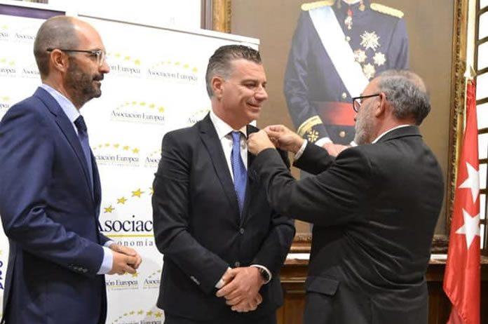 Juan Manuel Reche recibiendo el premio